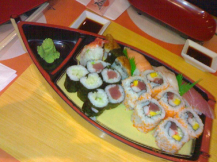Queen sushi boat (Php290)